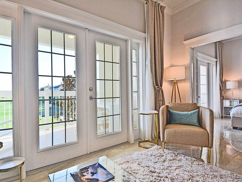 Grandes puertas francesas conectan la sala de estar y el dormitorio principal.