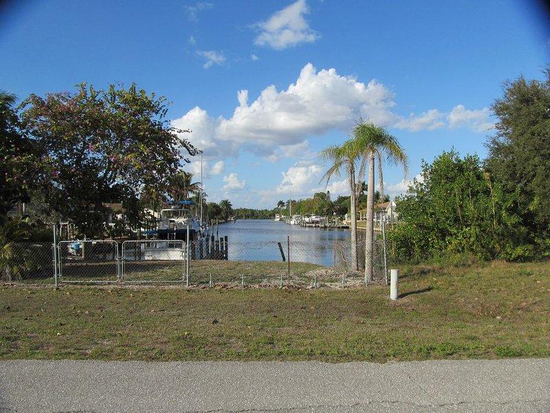 Caloosahatchee Boaters: Tropical Bungalow with Water View, alquiler de vacaciones en Lehigh
