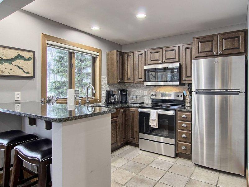 Truly Slopeside Unit on Boyneland - Beautiful 5 Bedroom Unit with Ski Lockers, alquiler vacacional en Charlevoix County