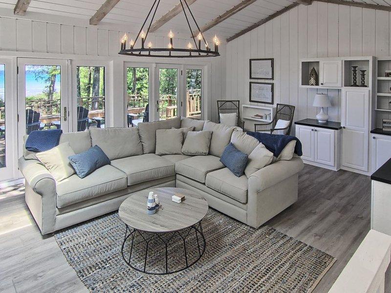 Wonderful waterfront home on Lake Michigan! Great sandy beach and views!, casa vacanza a Charlevoix