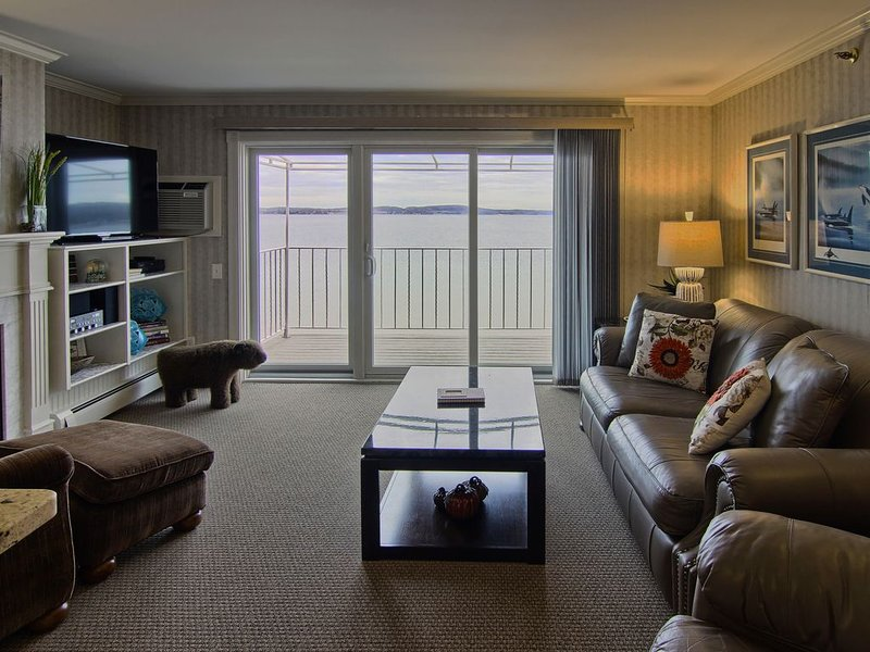 1BR Beachfront Condo 209 on Gorgeous Lake Charlevoix in Boyne City!, location de vacances à Boyne City