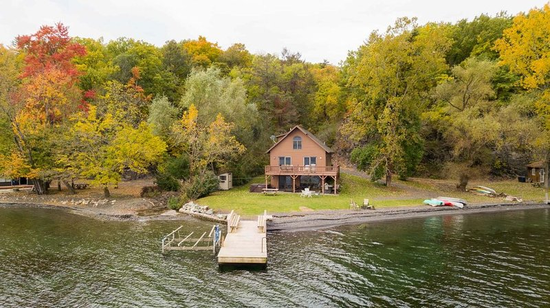 Brookside:'A Beautiful Chalet Style Getaway on the Shore of Seneca Lake', holiday rental in Dundee