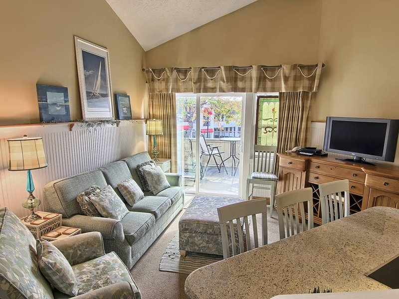 PNI202 - Round Lake View & 1 Block to Town in downtown Charlevoix!, casa vacanza a Charlevoix