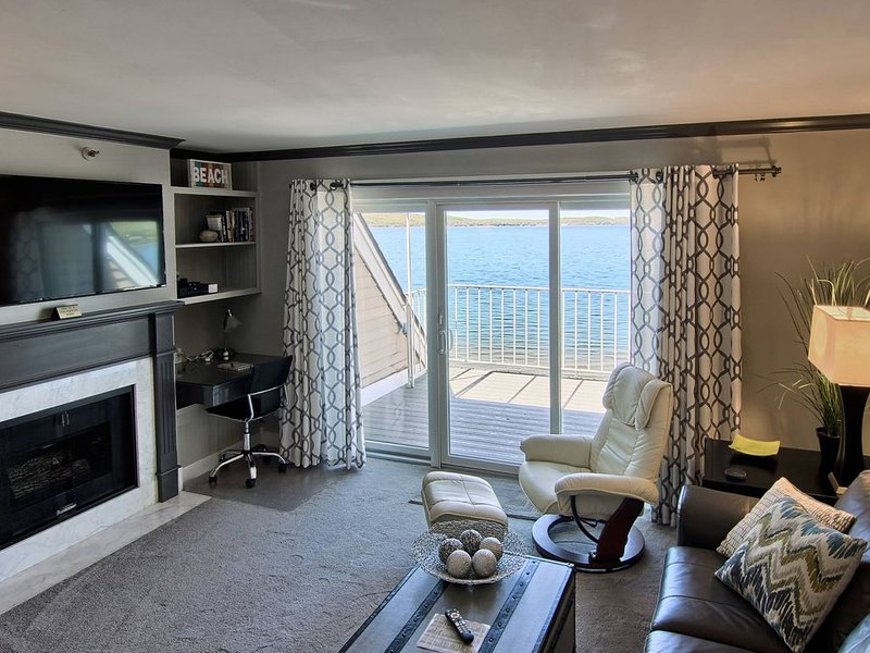 1BR Beachfront Condo 311 on Gorgeous Lake Charlevoix in Boyne City!, location de vacances à Boyne City