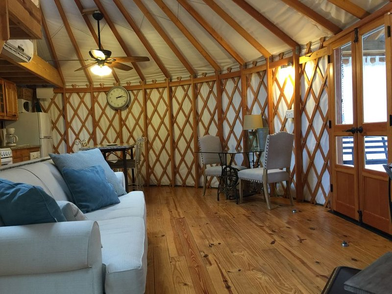 Yurt On Beautiful Logan Martin Lake. Located within Clear Creek Cove RV Resort., casa vacanza a Cropwell