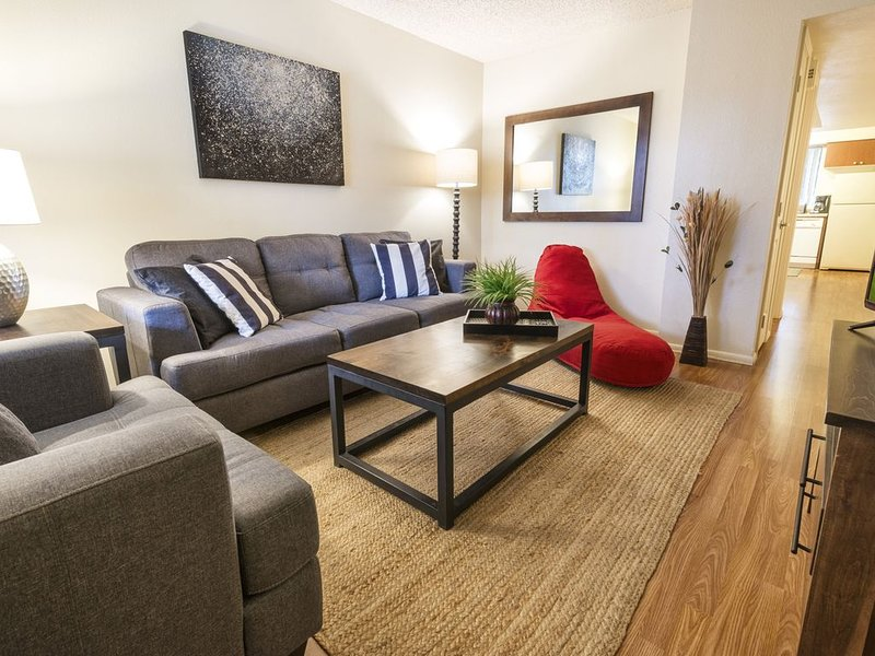 DOWNTOWN Tempe Unit around popular go-to's, holiday rental in Tempe