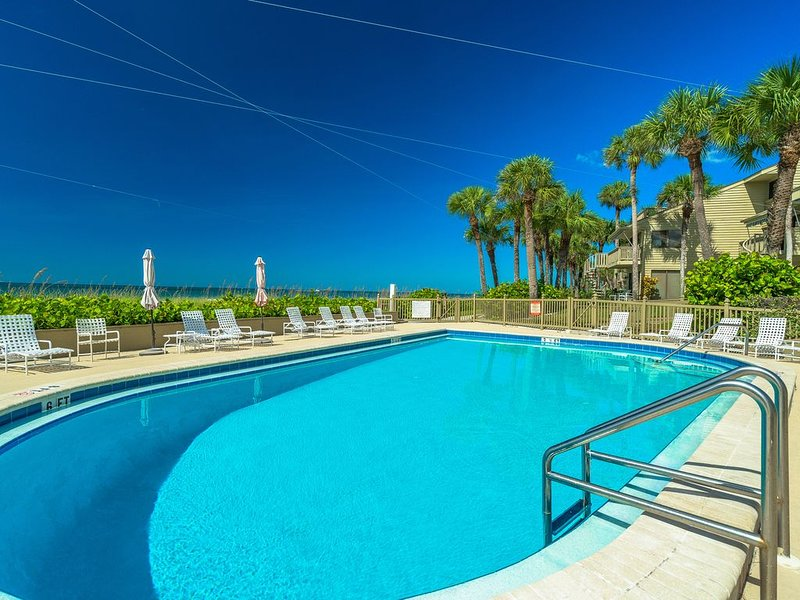 Charming Gulf Front Clearwater Beach Townhouse, vacation rental in Belleair Beach