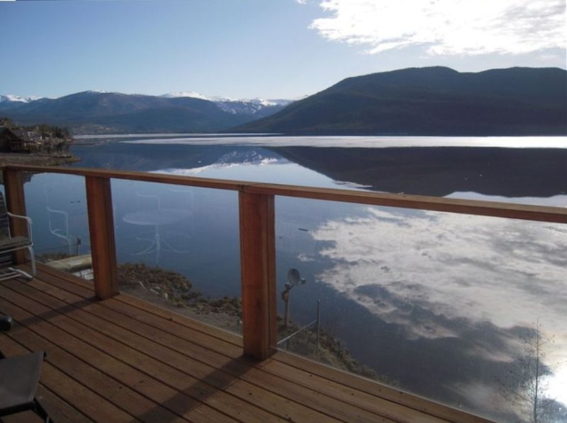 Lakefront Home - Dramatic views from upper and lower decks, holiday rental in Grand Lake