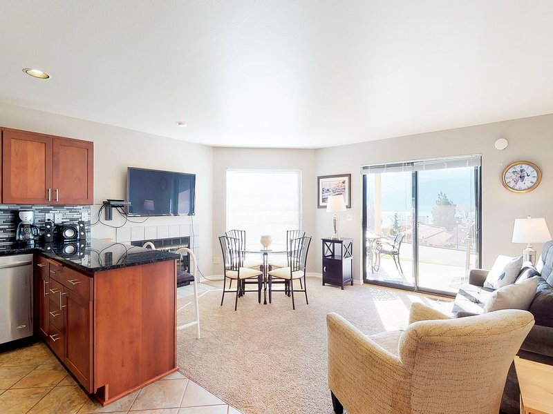 Deluxe one bedroom condo w/lake views, shared pool/hot tub, nearby beach, & more, aluguéis de temporada em Chelan