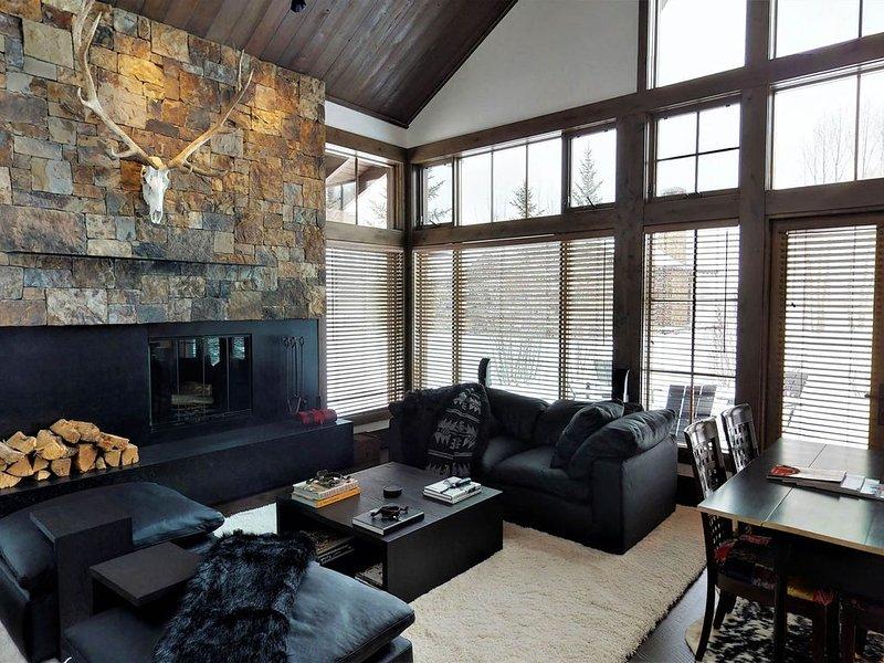 Grande salle - confortable autour de la cheminée
