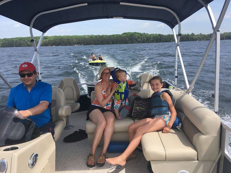 Brand New Cottage W/NEWER PONTOON BOAT Included in rent.  Right on the water., vacation rental in Summit Lake