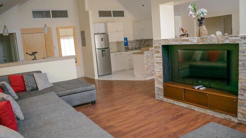 Sky Vista Suite is directly on the beach in town!, alquiler de vacaciones en Montañita