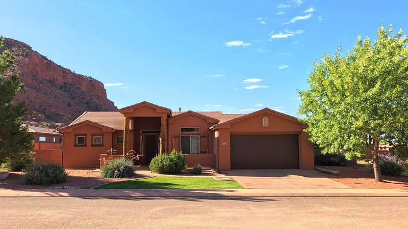 Epic Views, Comfy Home, Engaging Art, 3 mins from Downtown, w/gym & pool access, location de vacances à Kanab