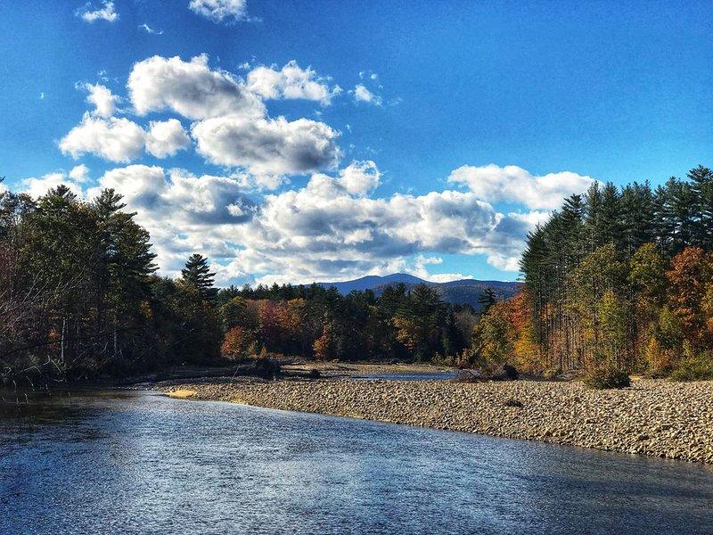 Den vackra Saco River löper fridfullt genom North Conway.