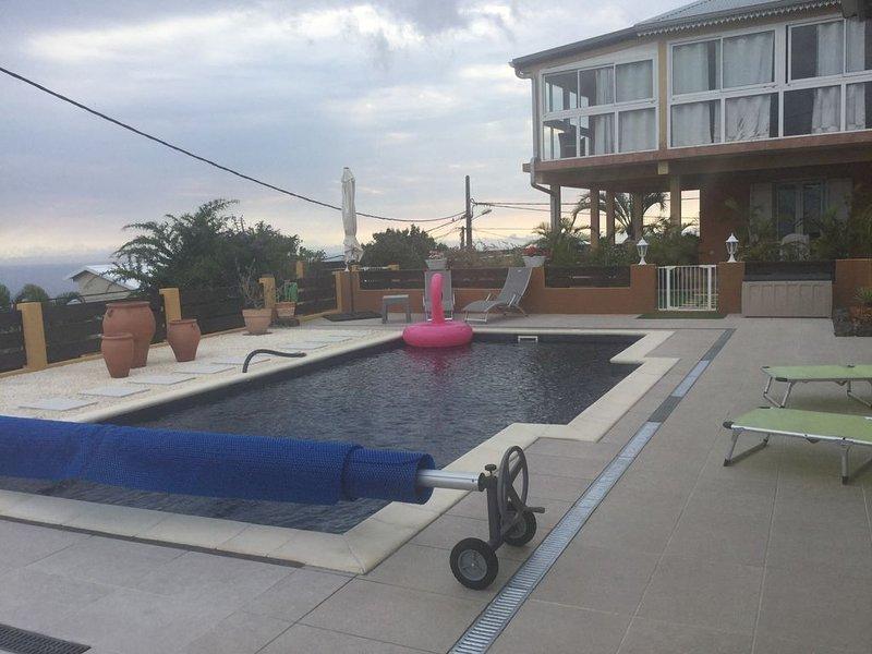 Chez Roseline&ChristianVaste meublé au rdc, piscine,superbe vue GitedeFrance, location de vacances à Arrondissement de Saint-Paul