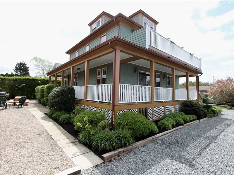 Multi-Family House 3 units at First Beach close to downtown Newport, holiday rental in Middletown