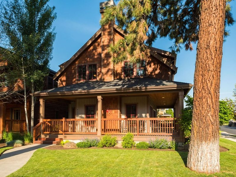 Pine Haven - Walk to everything in Sisters from this spacious Sisters Vacation h, vacation rental in Sisters
