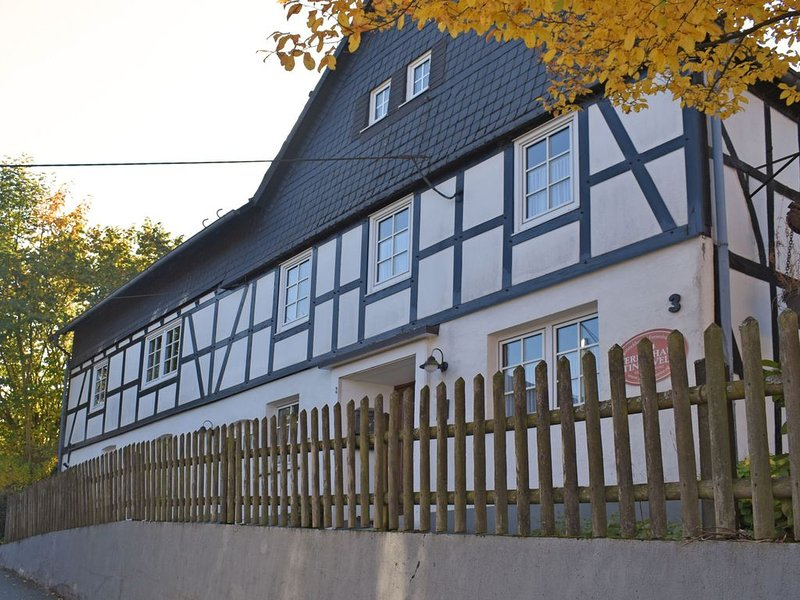 Renovated half-timbered farmhouse from 1780 in hilly area, alquiler vacacional en Schmallenberg