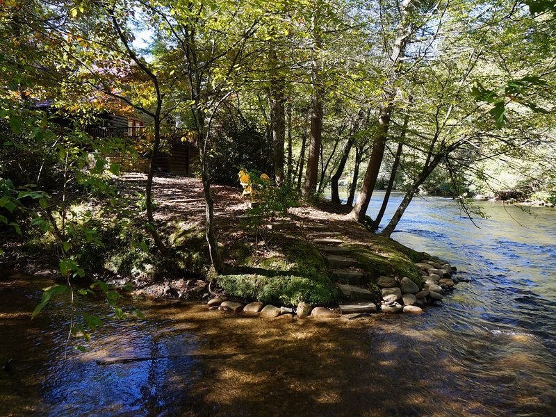 Riverbend  Log Cabin, Waterfront, HotTub, Tubing, Fishing, WiFi, Cable, Fire Pit, casa vacanza a Epworth