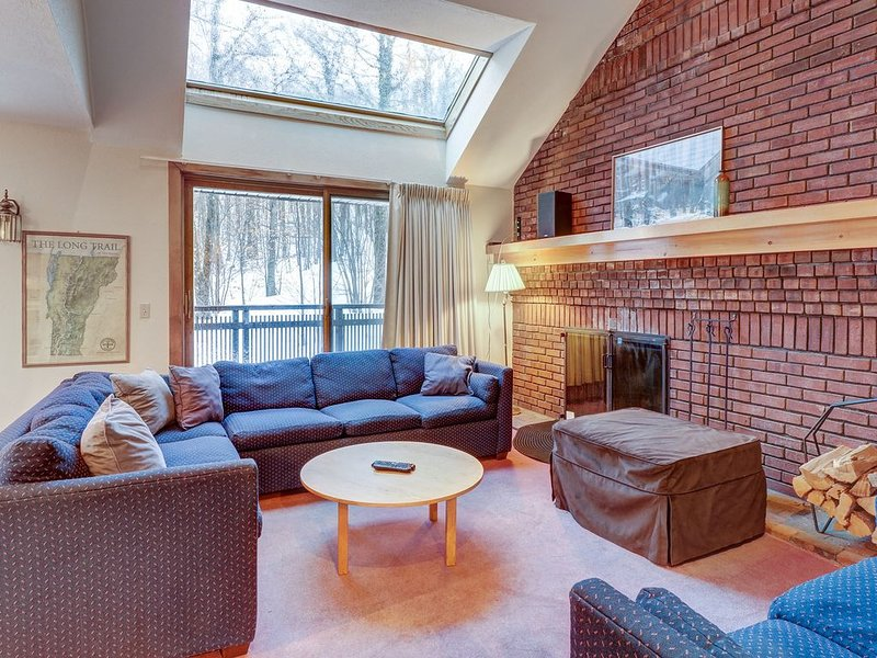 Ski-in/ski-out Sunrise townhome w/ shared pool & hot tub for year-round retreats, alquiler vacacional en Shrewsbury