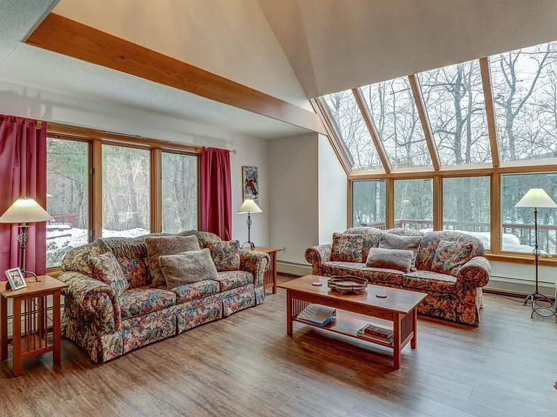 Beautiful and spacious condo w/ shared pool, lake access - close to skiing, location de vacances à Plymouth