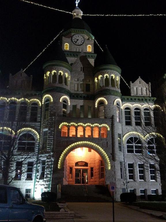 Notre magnifique palais de justice du comté de Jasper est à quelques pas