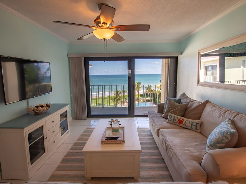 Oceanfront! Views from every room! 2/2 recently updated in beautiful Vero Beach, location de vacances à Vero Beach