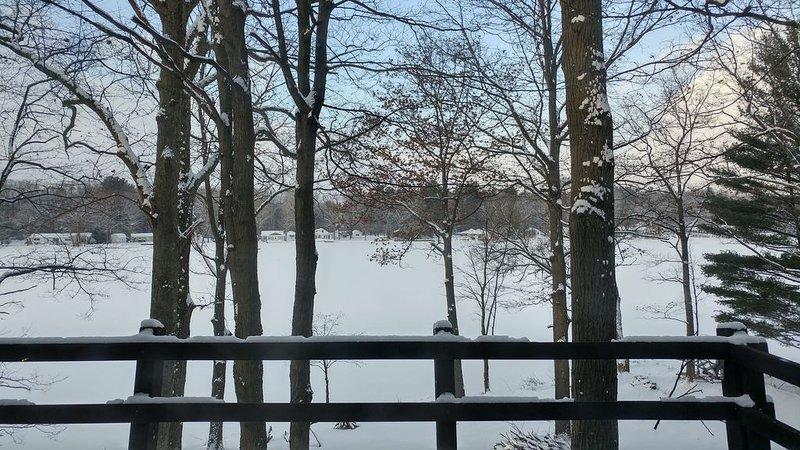Vue d'hiver du chalet MI de la rivière.