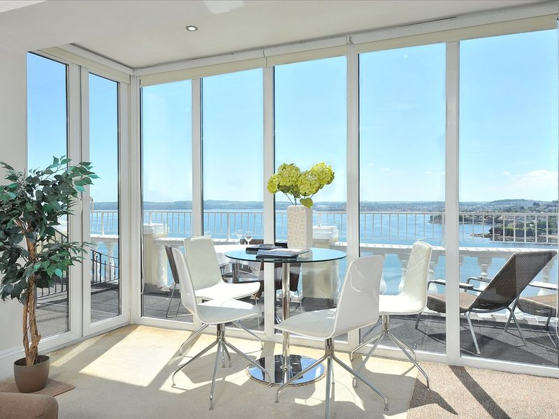 10 Astor House - premier one bed apartment with stunning uninterrupted sea view, holiday rental in Torquay