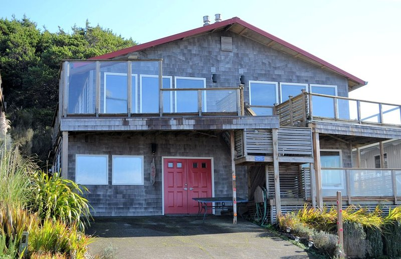 NEAHKAHNIE ~ MCA# 685AB-GF~Ocean front home with spectacular panoramic views!, vacation rental in Manzanita