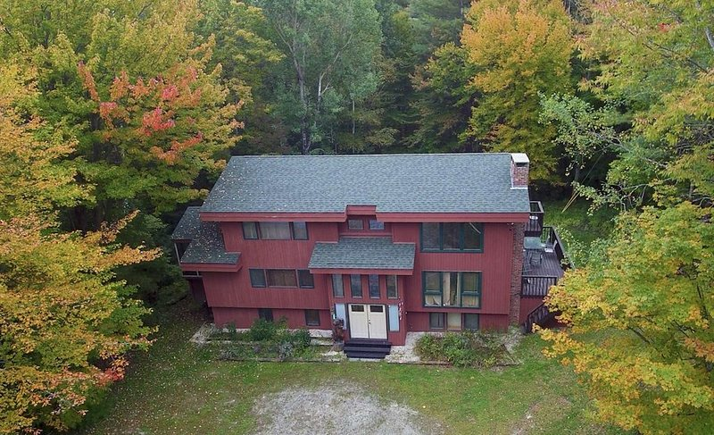OKEMO SKI HOUSE W/ NEW 6 PERSON HOT TUB, 6 Bedrooms  (2 K, 3 Q, 1 f/t) – semesterbostad i Ludlow