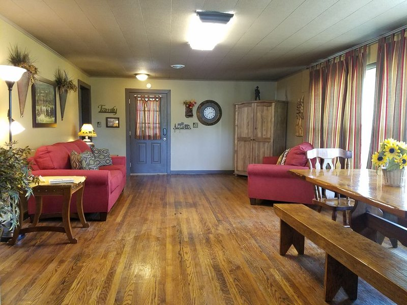 3 BR Luxury Fishing Cabin-Fenced Yard-Pet Friendly-Outdoor Patio-Campfire ring, vacation rental in Eagle Rock