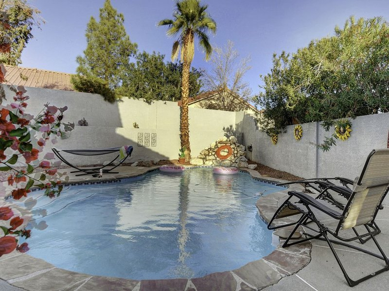 Charming home in suburban neighborhood w private pool.3 comfy bedrooms & 3 baths, vacation rental in North Las Vegas