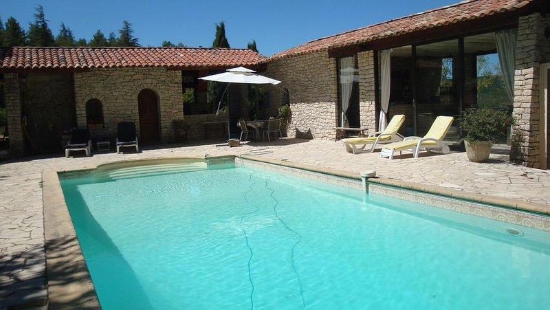 Maison d'été entre Luberon et Verdon avec piscine privée, alquiler vacacional en Montfuron