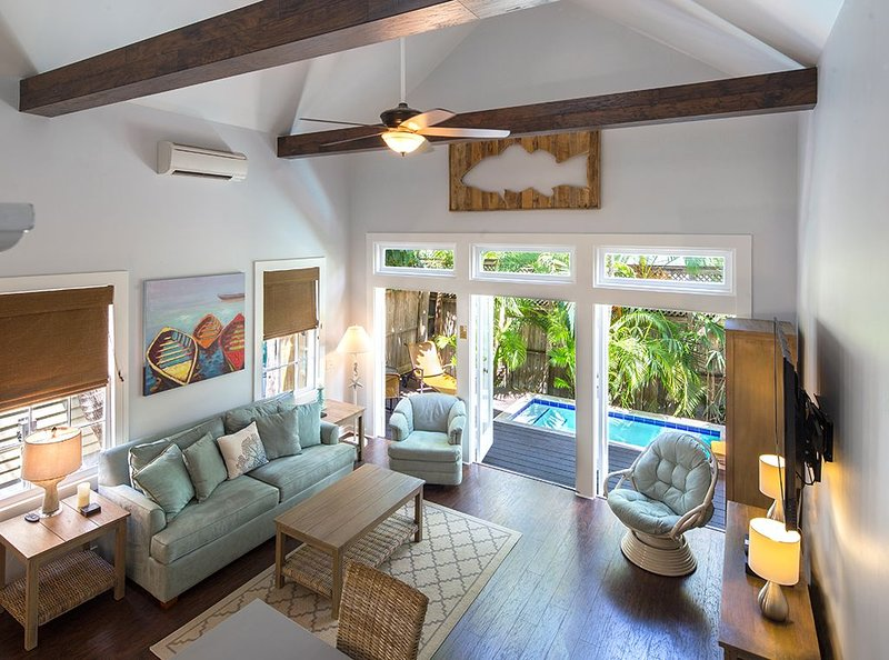 'CONCH HEAVEN' ~ Stylish 2B/2Ba, Sleeps 6 in Old Town w/Heated Cocktail Pool, holiday rental in Stock Island