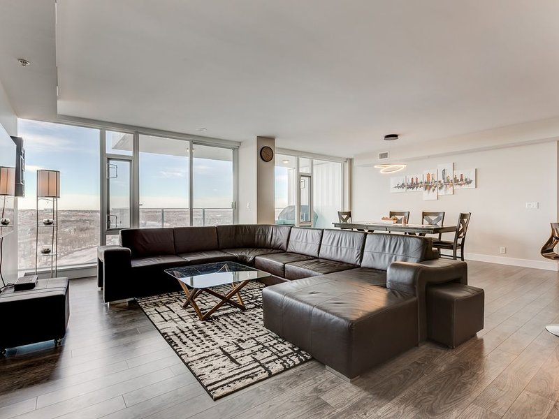 Luxury Downtown Sub-Penthouse Condo on Riverfront - Near Stampede (1320 sq ft), holiday rental in Calgary