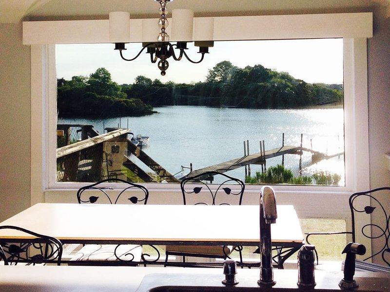 Waterfront Cottage Next to Wildlife Refuge, casa vacanza a Charlestown