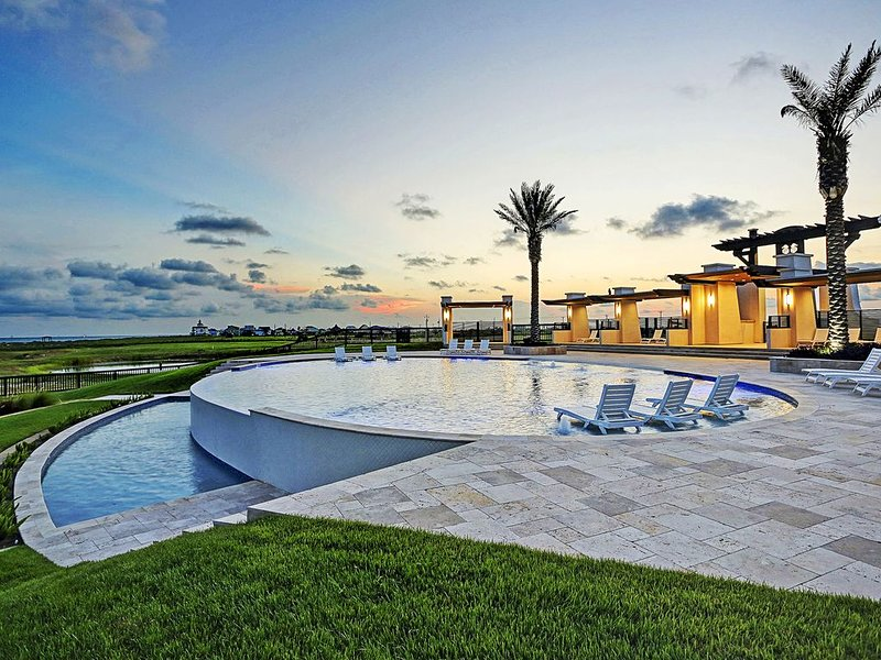 Waterfront, Gulf-view home with easy beach access - shared pool, alquiler de vacaciones en Crystal Beach