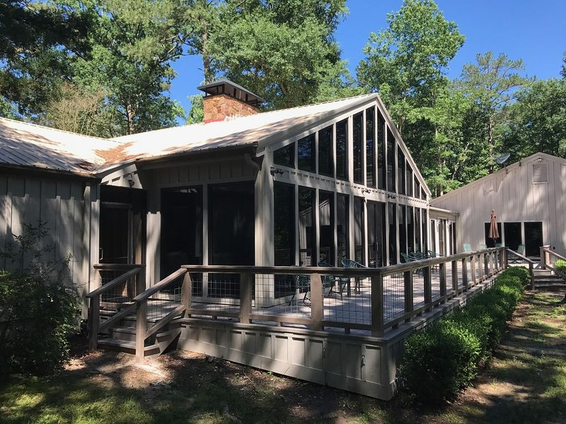 Hidden Pines Lodge -- Privacy in the East Texas Piney Woods, casa vacanza a Center