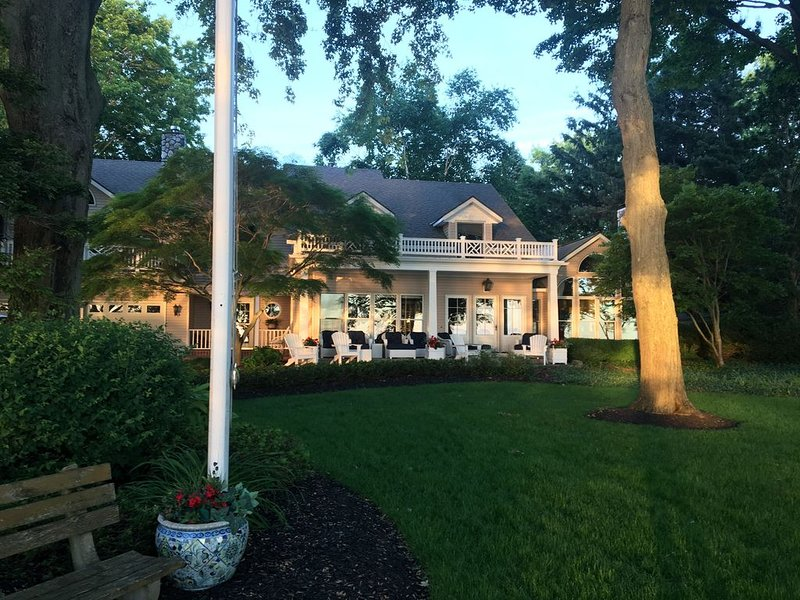 Fabulous Home on Lake MI, Private Pool/Spa/Tennis, Guest House, Amazing sunsets!, holiday rental in Fennville