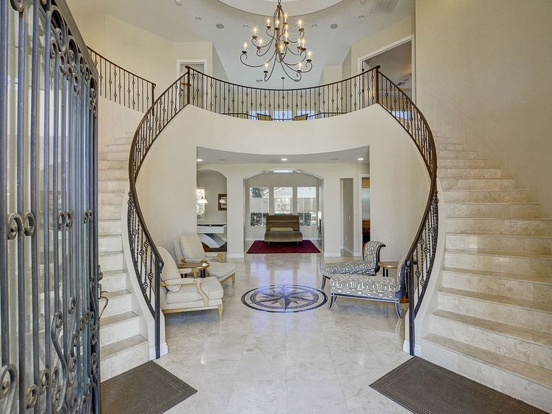 Gorgeous Double Staircase (over 5,000 Sq Ft!)  Just Minutes To The Strip!, holiday rental in Las Vegas