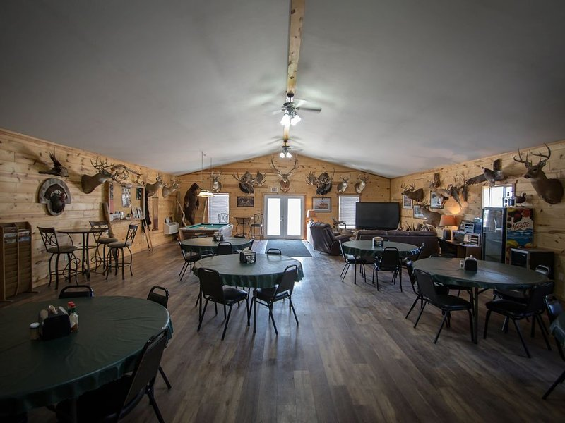 Comfortable Lodge, Stay in the 10 Gauge Lodge with Northern Plains, holiday rental in Redfield