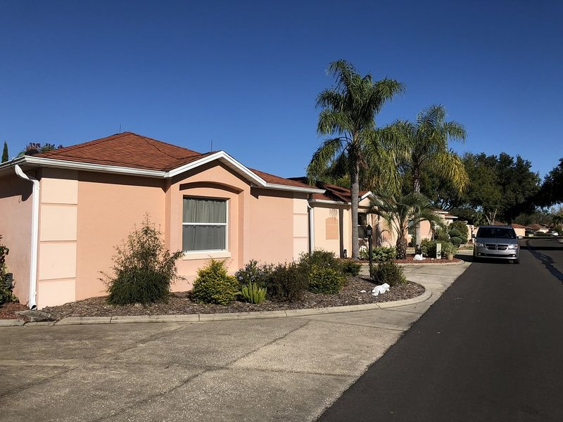 Walk to Spanish Springs!Newly furnished home! Golf cart included!WiFi!, holiday rental in Eastlake Weir