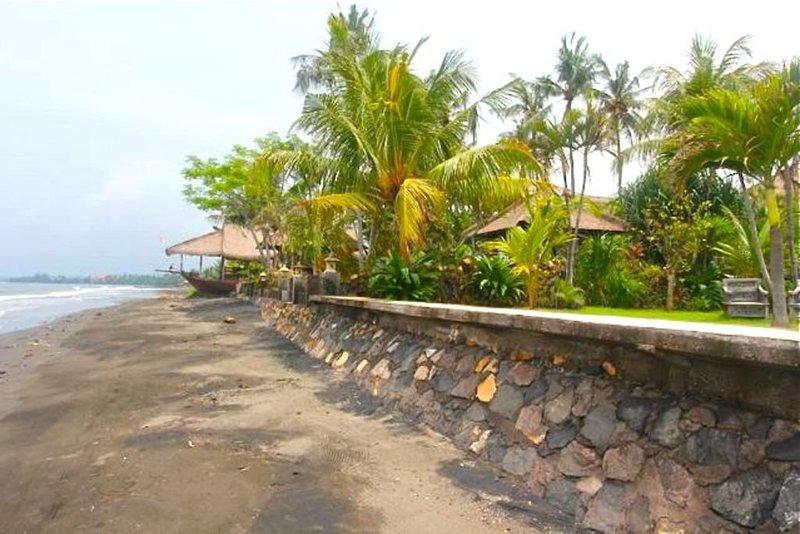 Uitzicht vanaf het strand voor de villa