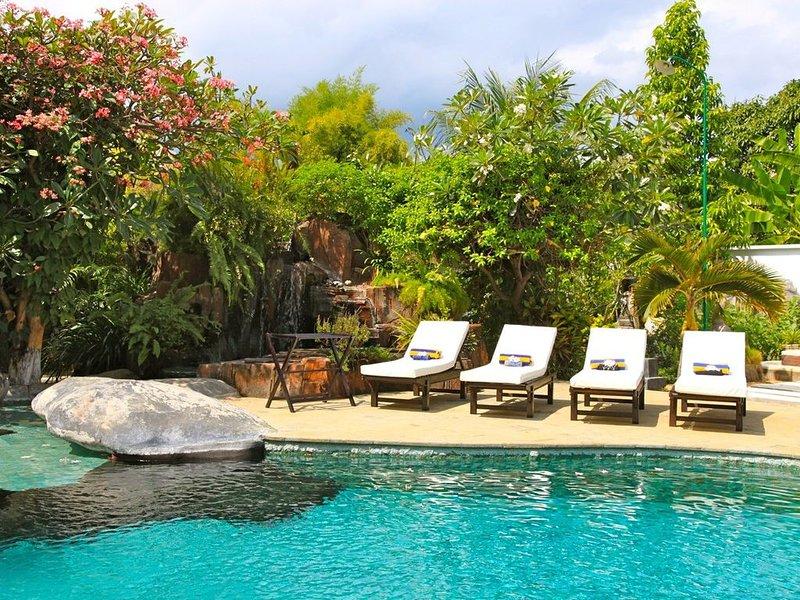 Groot zwembad met terras