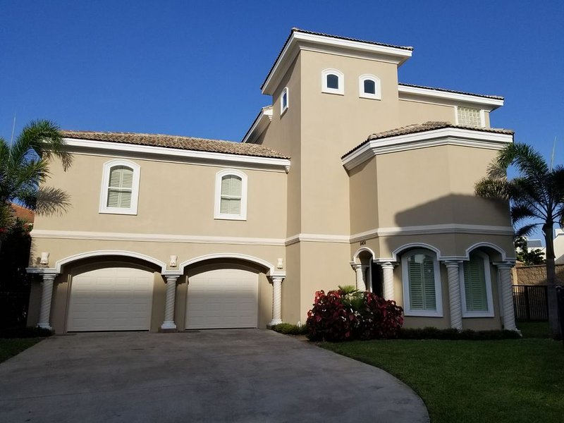 Luxury Beach House Steps from the Beach, Gated Subd.with Private Beach Access, location de vacances à Île de South Padre