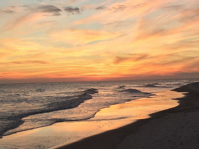 5 Star Condo Directly on the White Beaches of Beautiful Gulf Shores!, holiday rental in Gulf Shores