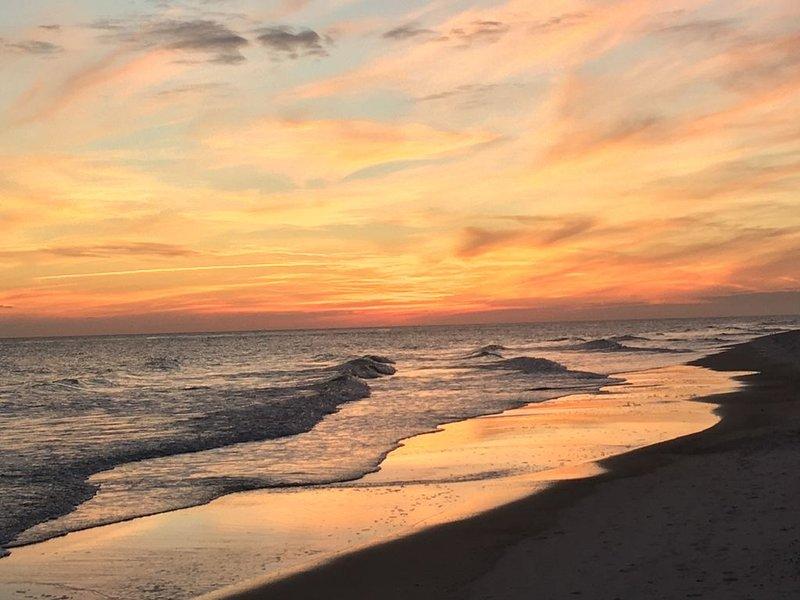 5 Star Condo Directly on the White Beaches of Beautiful Gulf Shores!, casa vacanza a Costa del Golfo