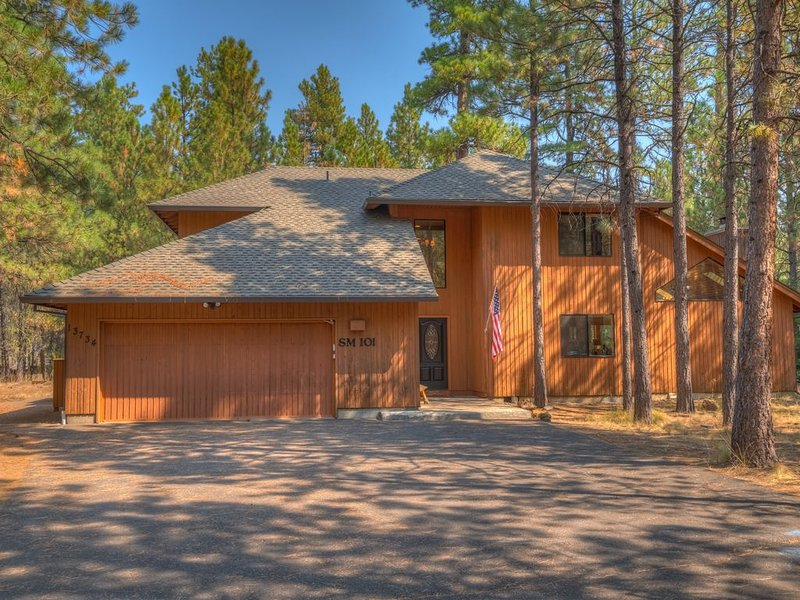 Close to Glaze Meadow pool. Hot tub, shuffleboard, ping pong and fire pit., holiday rental in Black Butte Ranch