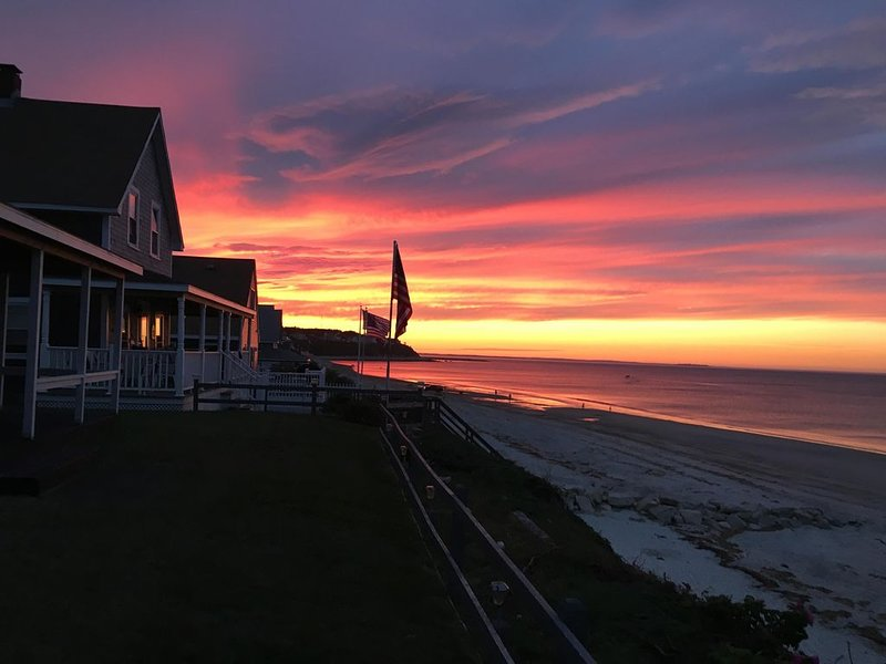DIrect Ocean Front Cottage with Private Stairs to White Horse Beach, vacation rental in Manomet